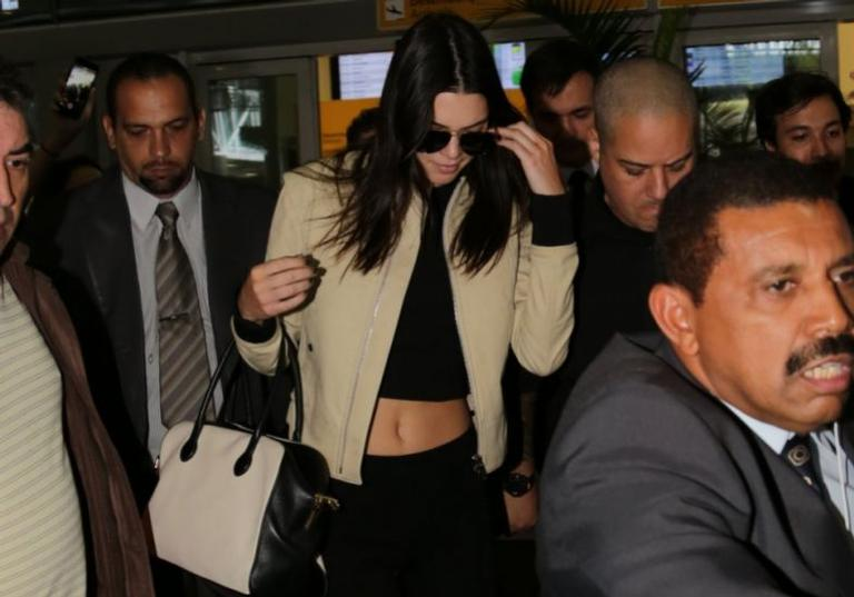 Kendall Jenner causa tumulto ao chegar no Brasil