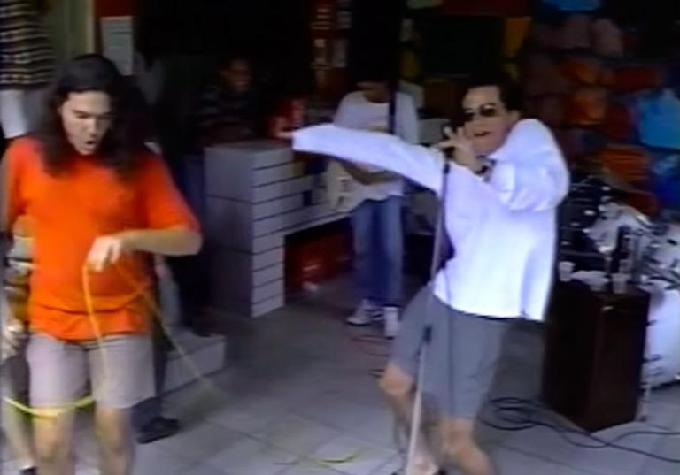 Anos 90: Wagner Moura canta e dança em vídeo da faculdade