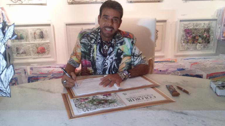 Roberto Camasmie autografa livros para colorir
