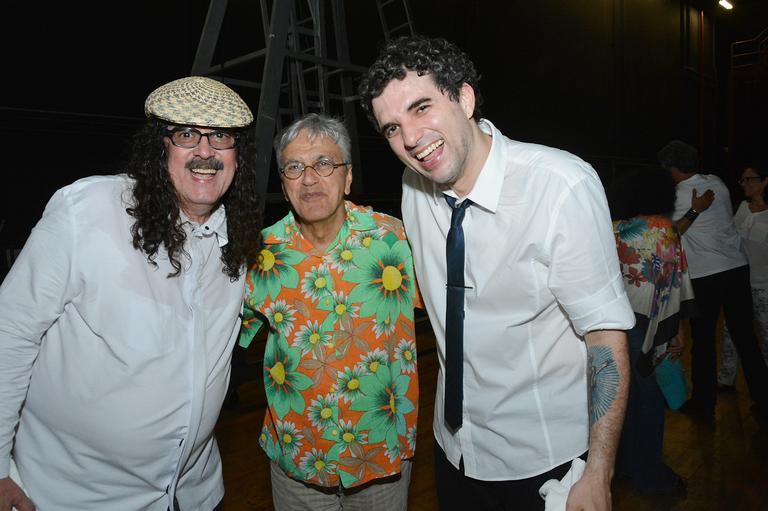 Moraes Moreira e seu filho, Davi, abraçam Caetano Veloso em show em Salvador