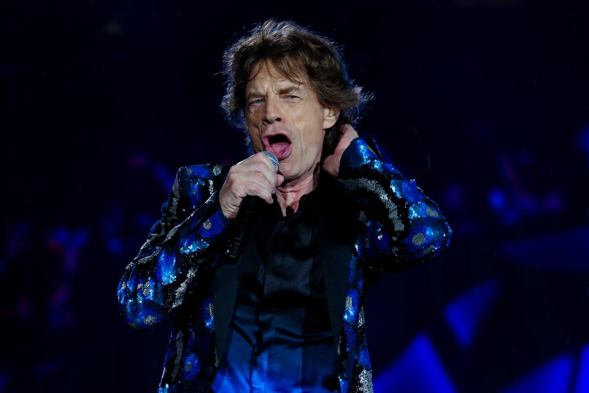 Sozinho, o líder dos Rolling Stones participou de uma festa em sua homenagem