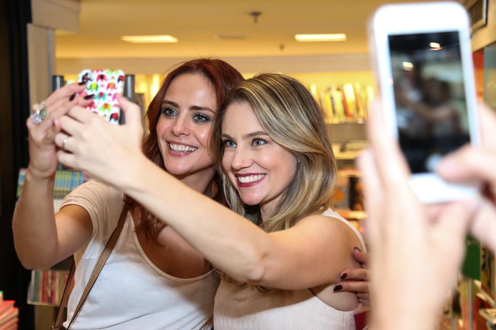 Juliana Baroni e Juliana Silveira no lançamento de livro de Eduardo Moreira no Rio
