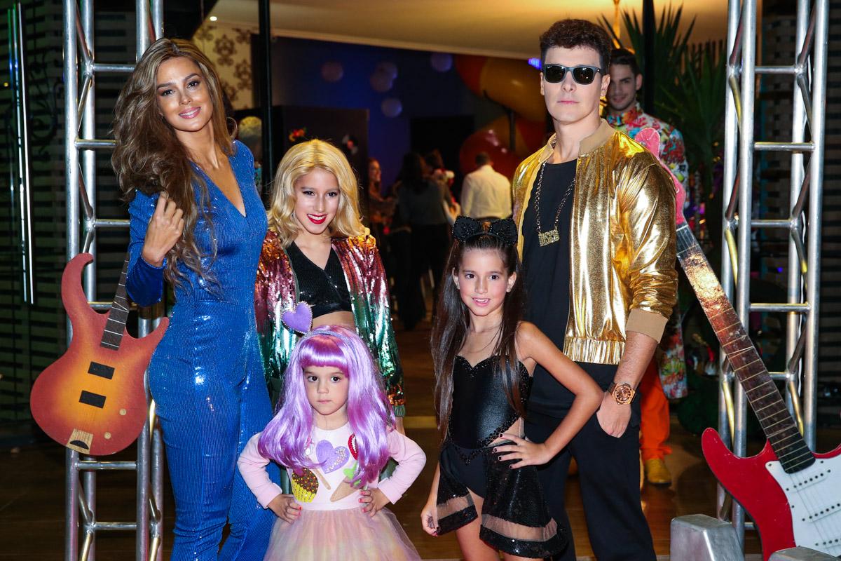 As meninas celebraram a data com festa temática, em São Paulo, no sábado (18)