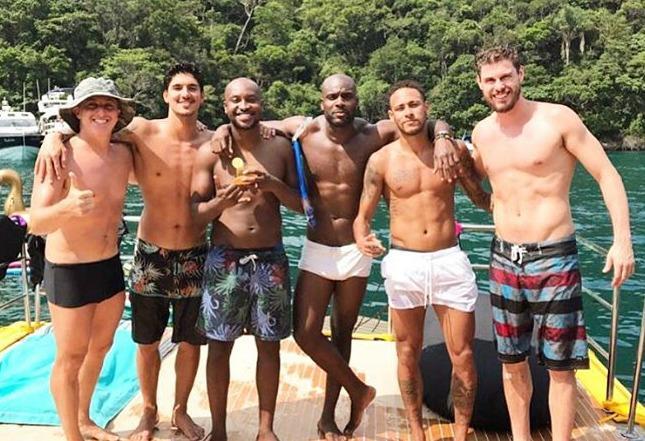 Luciano Huck aproveita início do ano ao lado de Neymar e outros astros