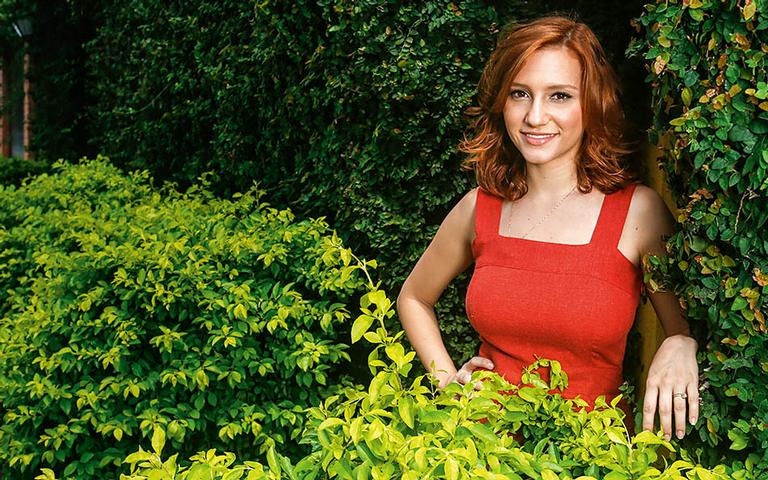 No ar como Vanessa, em Rock Story, a atriz comemora a oportunidade de interpretar seu primeiro papel em novelas e conta que superou as provocações por sua altura, de 1,54m, com muita leveza e bom humor