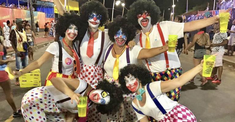 Fantasiada de palhaço, Ivete Sangalo pula carnaval no meio da multidão