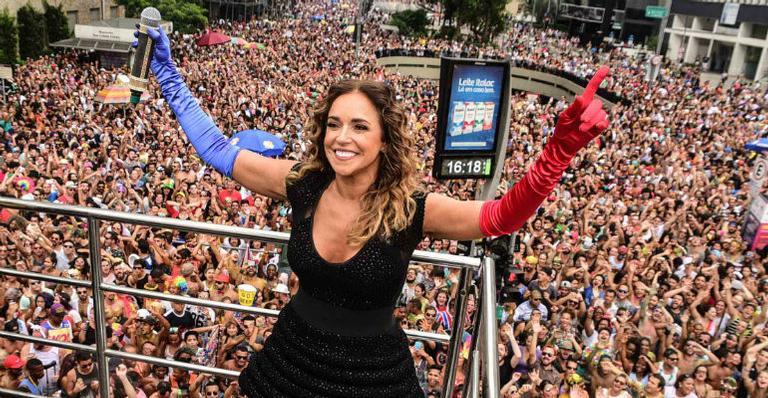 Daniela Mercury arrasta multidão em bloco em São Paulo