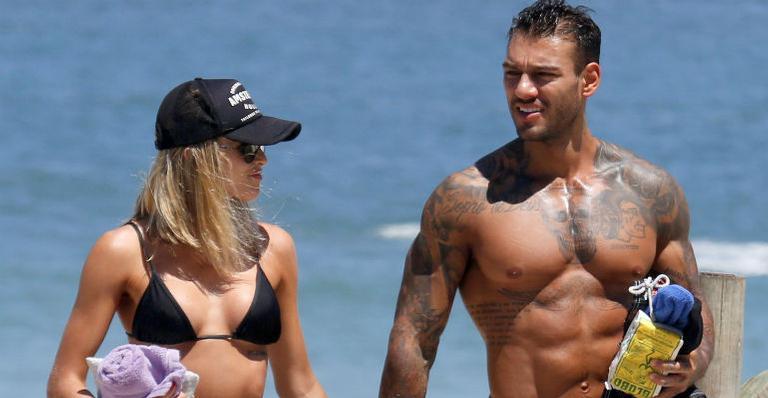 Lucas Lucco curte dia de praia ao lado de uma loira