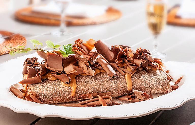 Rocambole de pão de mel com doce de leite e raspas de chocolate