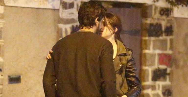 Agatha Moreira é flagrada aos beijos com o namorado