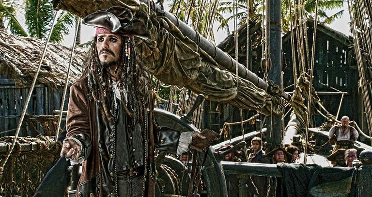 O ator se fantasiou à convite da Disney que lançou o 5º filme da franquia Piratas do Caribe nesta quinta (25)