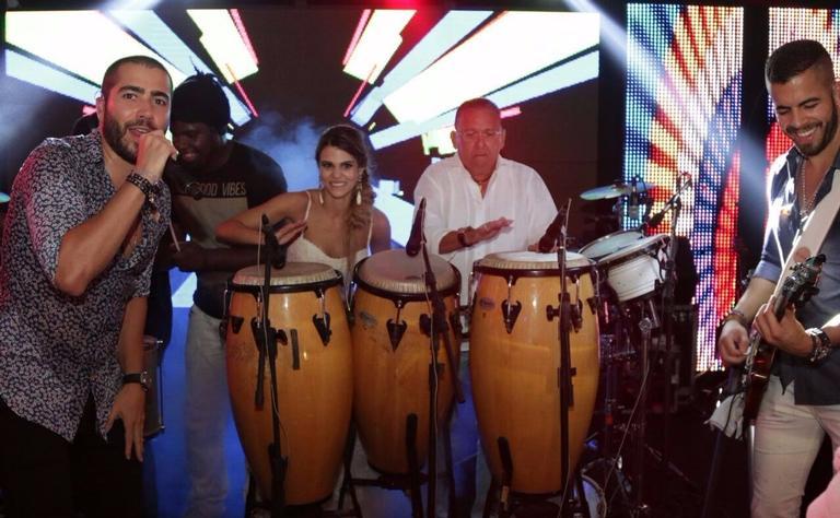 Galvão Bueno assume percussão no show de Rafa e Pipo Marques