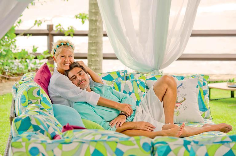 Xuxa e Junno estão juntos há mais de quatro anos e a apresentadora confessa os mimos do namorado