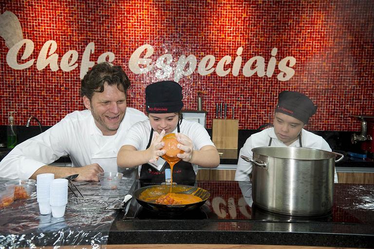 Carlos Bertolazzi em aula do Institudo Chefs Especiais, em São Paulo