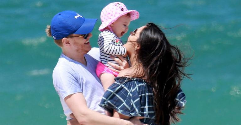 Thais Fersoza e Michel Teló curtem dia de praia com Melinda