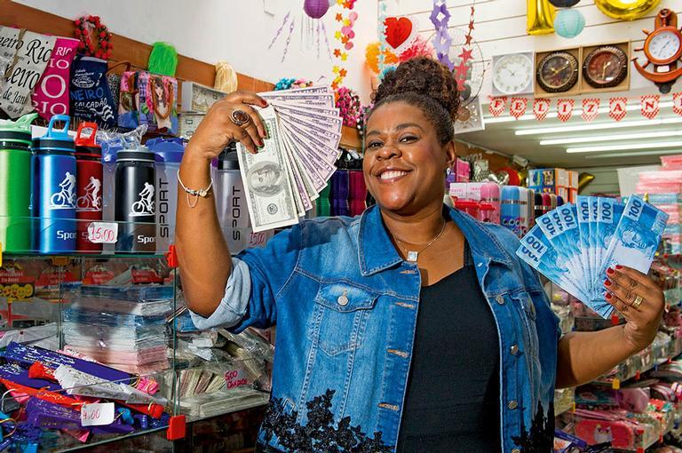 Em passeio pelo Saara, tradicional comércio popular do Rio, a atriz conta que há dois anos faz terapia há dois anos para superar a inibição