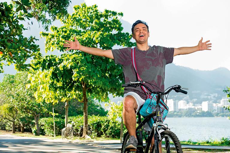 O ator desfruta nas ruas a popularidade de Nelito, em Pega Pega. Em sua segunda trama, ele contracena com alguns de seus ídolos