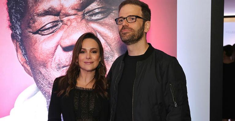 Em rara aparição, Gabriela Duarte posa ao lado do marido