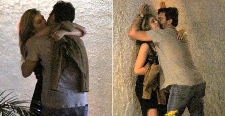 Thiago Rodrigues troca beijos quentes com loira no Rio