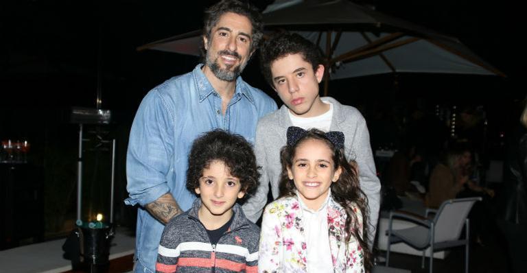 Marcos Mion leva o filho Romeo ao show do Jota Quest e se emociona