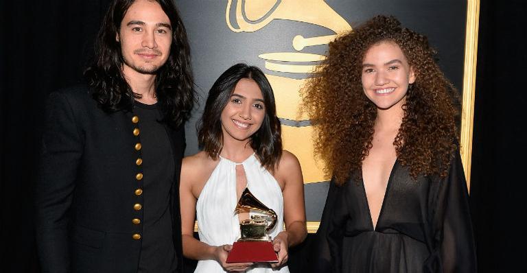 Tiago Iorc e Anavitória levam troféu no Grammy Latino 2017