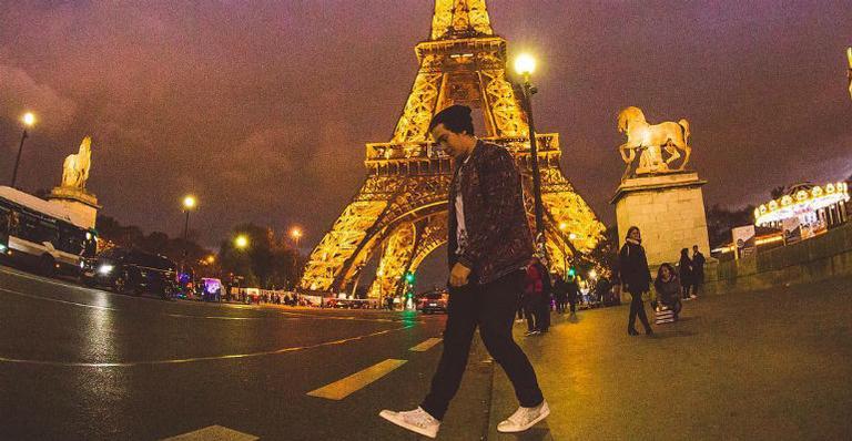 Whindersson Nunes posa com fãs nas ruas de Paris