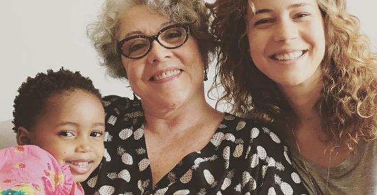 Leandra Leal parabeniza a mãe e posta rara foto da filha
