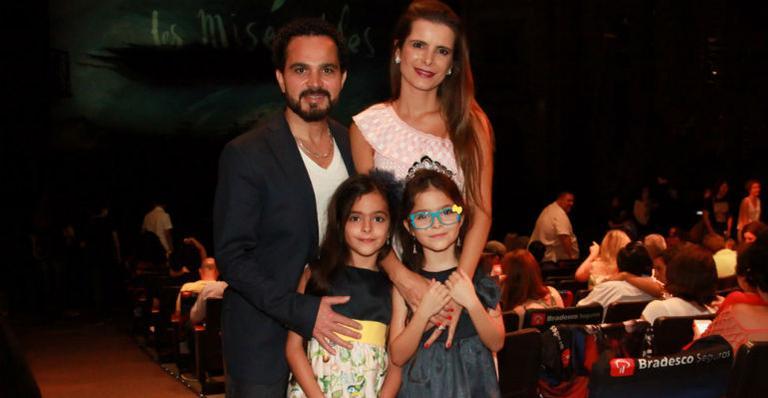 Luciano Camargo leva as gêmeas para assistir ao espetáculo