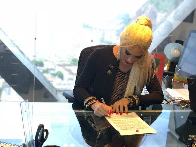 Aretuza Lovi assina contrato com a Sony