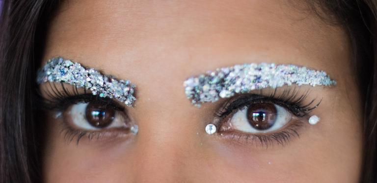 Destaque as sobrancelhas no Carnaval | <i>Crédito: Purpurine