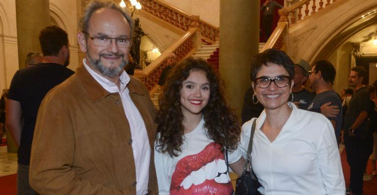 Sandra Annenberg posa com a filha e o marido