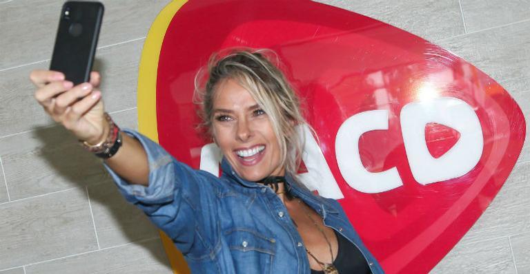 Adriane Galisteu visita AACD em São Paulo