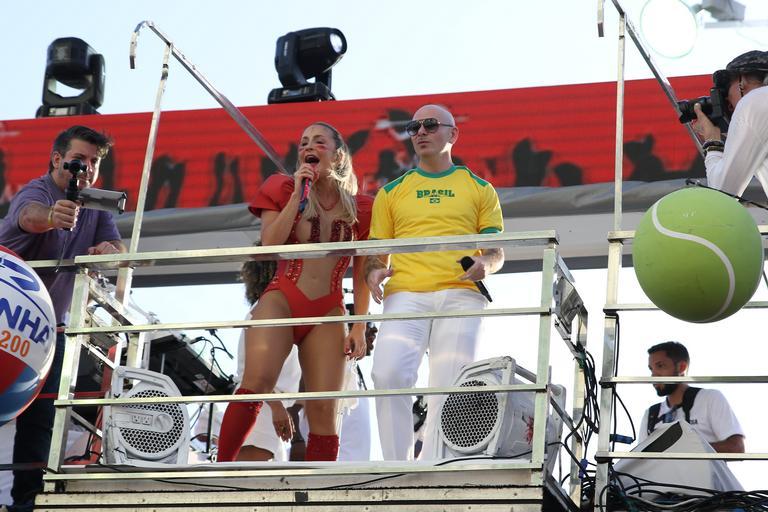 Claudia Leitte e Pitbull no Carnaval de Salvador