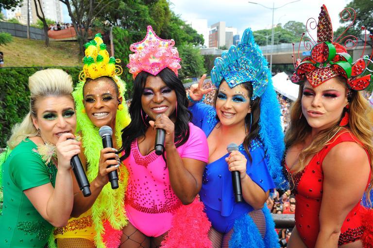 Rouge fecha avenida de São Paulo com seu bloco de Carnaval