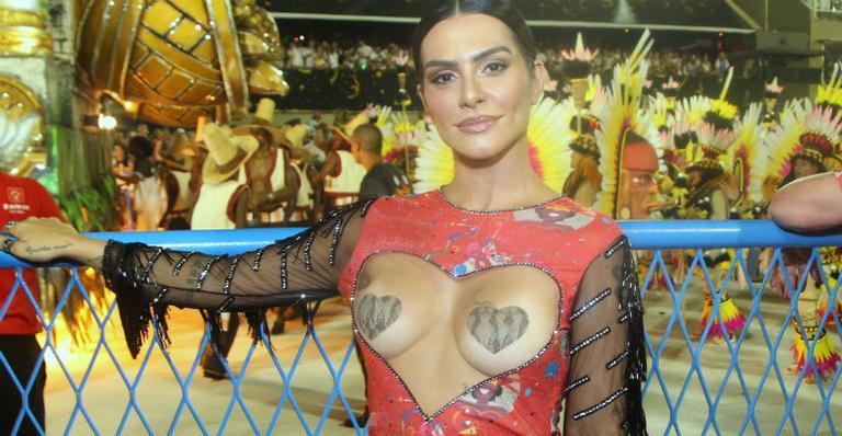 Cleo Pires usa look ousadíssimo no Carnaval do Rio de Janeiro