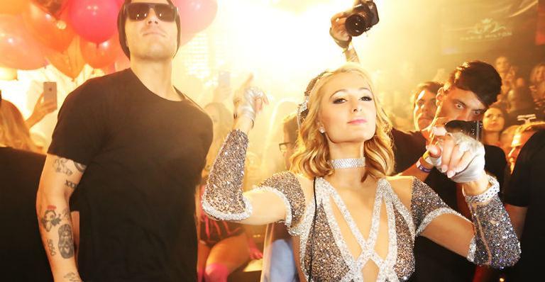 Paris Hilton antecipa aniversário e promove festa em Florianópolis