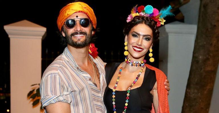 Rodrigo Santoro e Mel Fronckowiak fazem rara aparição em baile a fantasia