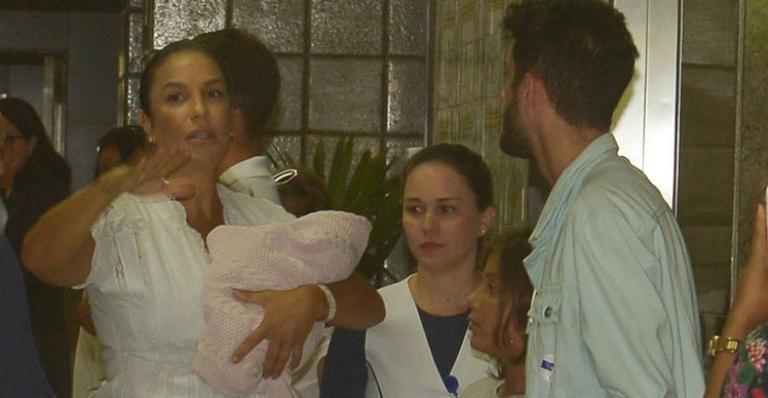 Ivete Sangalo e Daniel Cady deixam a maternidade com as gêmeas