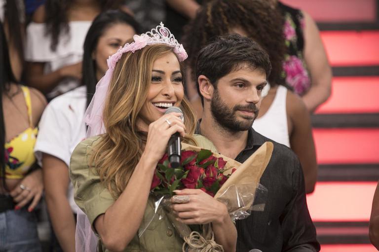 Sabrina Sato ganha homenagem surpresa do noivo, Duda Nagle, durante seu programa