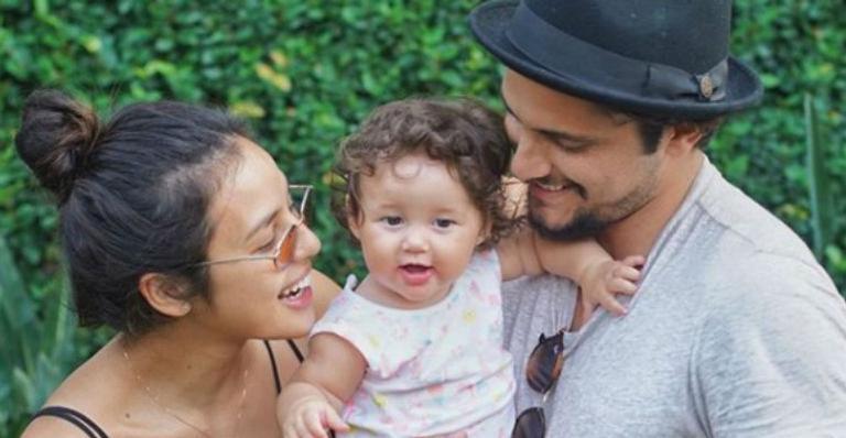 Ator publicou uma foto linda ao lado de Yanna Lavigne e Madalena, filha do casal, e não ficou calado após ler um comentário negativo