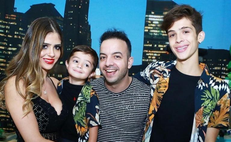 João Guilherme com a mãe, Naira Ávila, o irmão, Pietro, e o padrasto, Danilo Tuffi