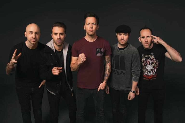 Jeff Stinco, do Simple Plan, fala do amor intenso dos fãs brasileiros pela banda, que virá para o Brasil em maio