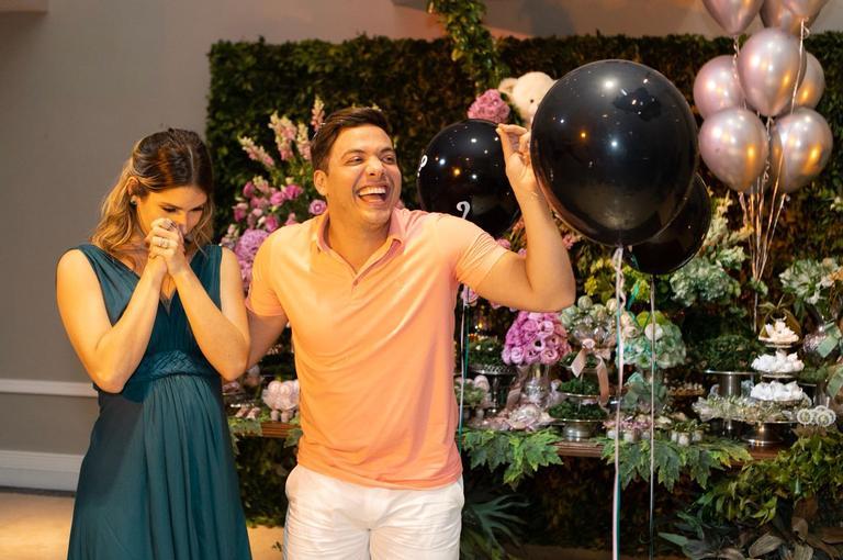 O sexo do bebê do casal foi descoberto na noite desta quarta-feira (25) em um divertido Chá de Revelação na casa da família, em Fortaleza