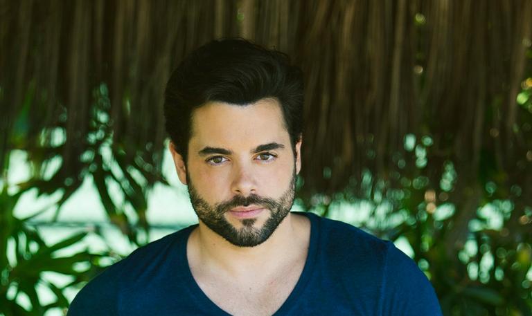 Após estrear no horário nobre da Globo, em 'O Outro Lado do Paraíso', é dono de sólida carreira em Portugal e agora quer se firmar por aqui
