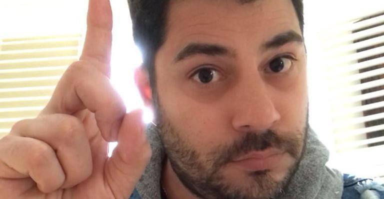 Fã sugere volta de Evaristo Costa para a Globo e ele brinca: 'Prefiro lavar louça aqui em casa'
