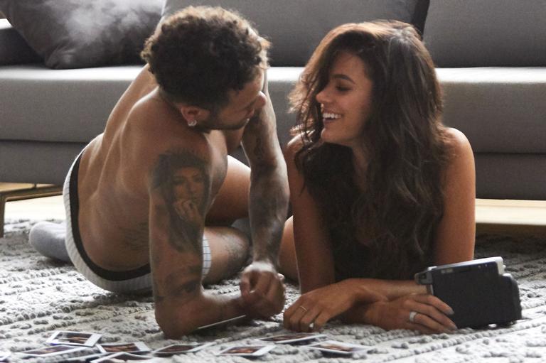 Só de roupa íntima, Bruna Marquezine e Neymar Jr. estrelam campanha quente para marca brasileira