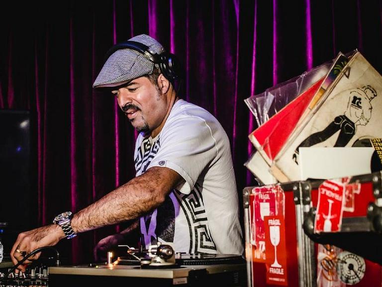 DJ HUM, que comemora 30 anos de carreira, lança seu primeiro álbum solo em CD e vinil