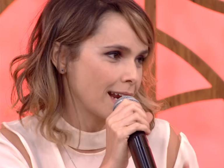 Débora Falabella faz rara aparição ao lado da irmã