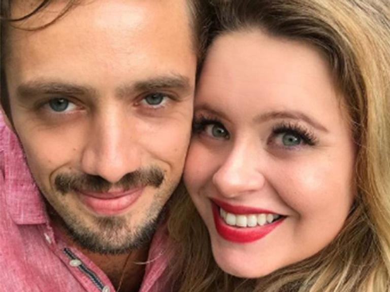 Mariana Bridi posa na sala de parto com Valentim