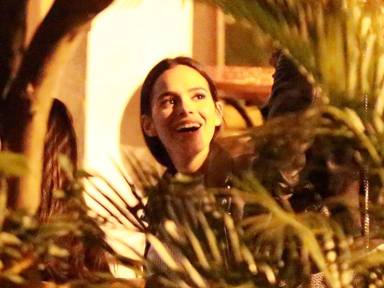 Bruna Marquezine curte jantar com as amigas no Rio
